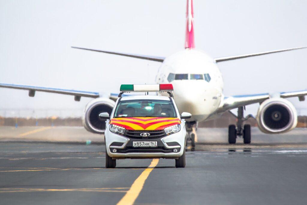 Разметка в аэропорту Автомобиль сопровождения Follow me car